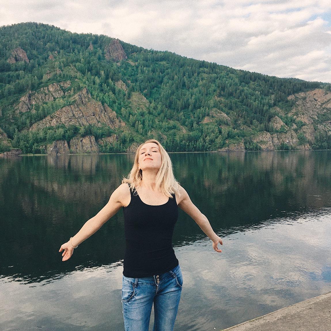 Девушка у реки