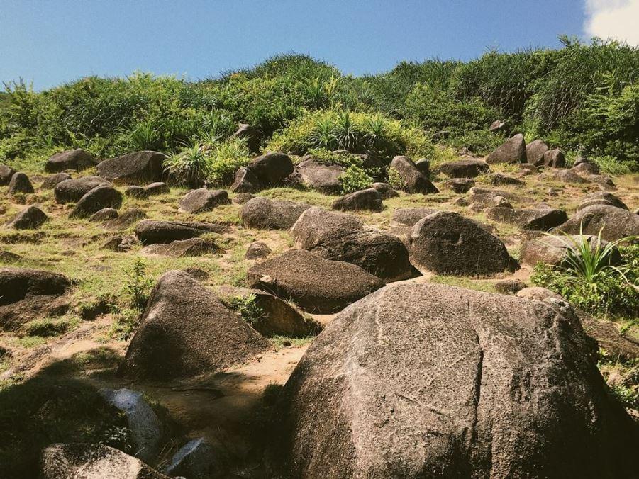 Маяк Кап Варела, Вьетнам, камни