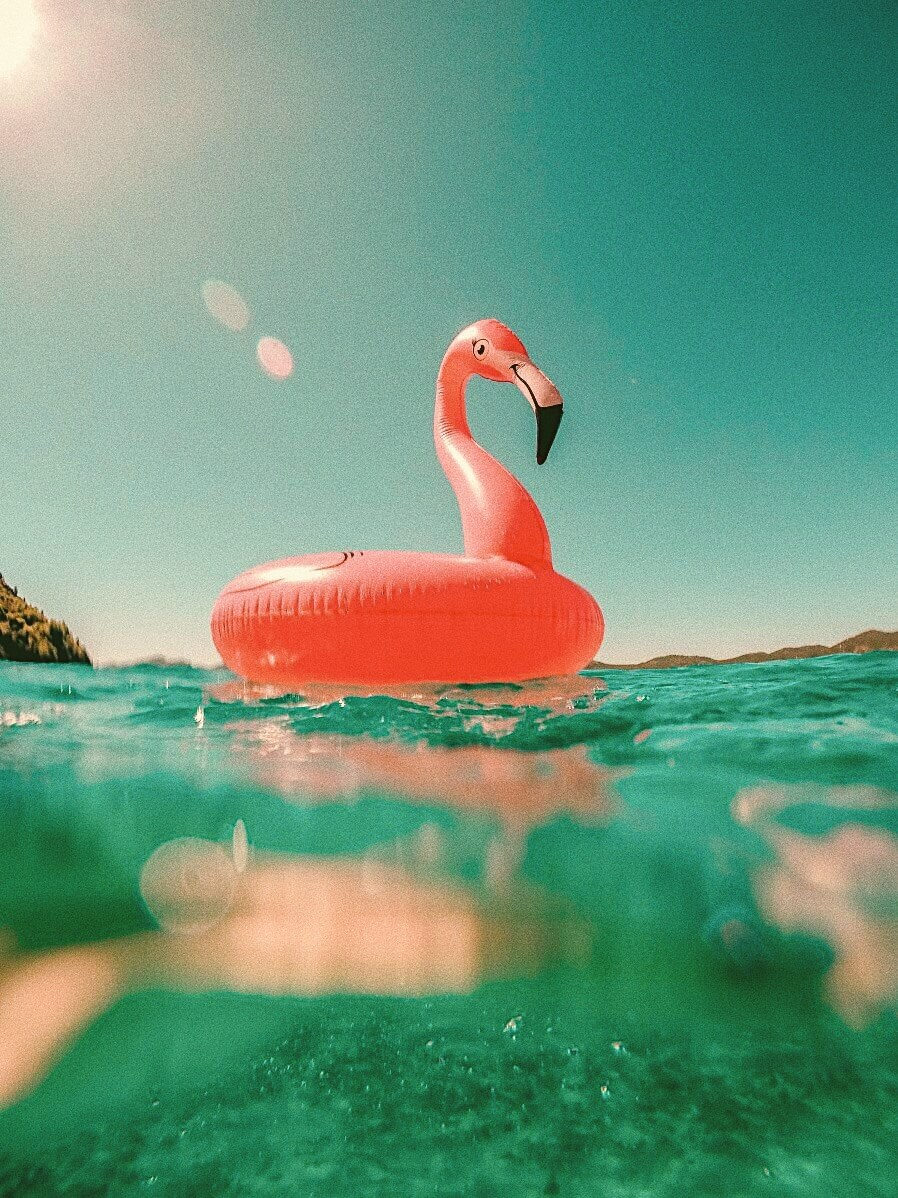 Надувной круг фламинго в море