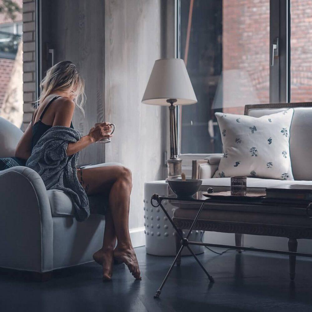 Девушка с кофе на кресле